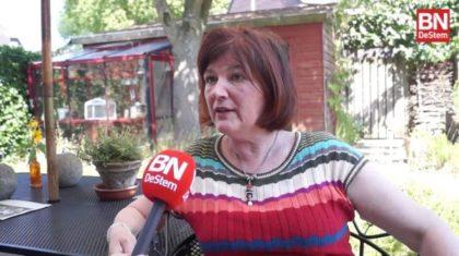 Marion Pach in haar duurzame Natuurtuin (beeld: BN De Stem)